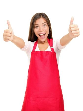 oficinista: Feliz propietario de pequeños negocios emocionados en el delantal de color rojo que muestran los pulgares para arriba signo de éxito aislado en fondo blanco.