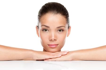 미 (美). 여성 피부 관리 개념입니다. 흰색 배경에 고립 된 아름 다운 혼합 된 레이스 아시아 백인 여성의 아름다움 모델의 초상화 스톡 콘텐츠