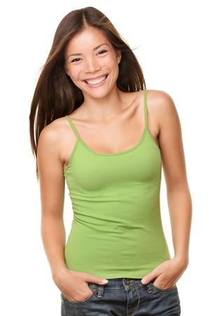 Aziatische vrouw die lacht blij portret. Fris en mooi gemengd ras Chinees Aziatisch  Kaukasische vrouwelijk model in casual groene tank top geïsoleerd op een witte achtergrond.