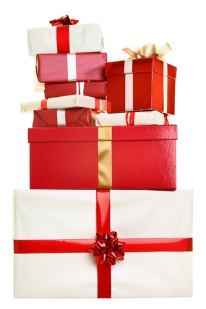 Kerstcadeaus geïsoleerd. Stapel kerstcadeaus gestapeld op een witte achtergrond. Rode en witte kleuren. Stockfoto