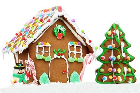 Lebkuchenhaus auf weißem Hintergrund mit Weihnachten drei und Schneemann isoliert.