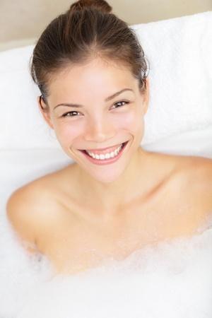 femme baignoire: Femme souriante heureuse bain relaxant dans une baignoire. Course assez mitig�s Caucasien  Chinese mod�le asiatique des femmes.