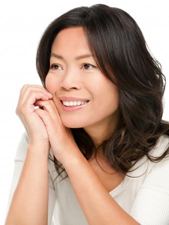 白い背景で隔離の側に中年の中国アジア女性笑みを浮かべて見ている成熟しました。