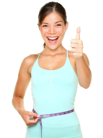 cintas metricas: la mujer la pérdida de peso sonrientes emocionados con la medición de los pulgares cinta renunciar aisladas sobre fondo blanco