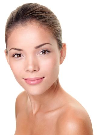 얼굴 표정: 스킨 케어 뷰티 우먼입니다. 스파 트리트먼트, 피부 관리 또는 다른 개념에 대한 multiracial 아시아  백인 여성의 아름다움 얼굴 초상화입니다. 얼굴은 흰색 배경에 고립 된 완벽 한 피부를 가진 촬영.