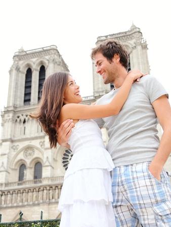 Notre Dame de Paris. Happy jonge paar in de voorkant van de Notre Dame kathedraal in Parijs, Frankrijk. Aziatische vrouw en blanke man.