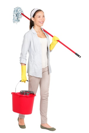 mujer limpiando: Mujer de la limpieza con un trapeador y un balde de lavar caminar piso sonriendo feliz de hacer la limpieza de primavera.
