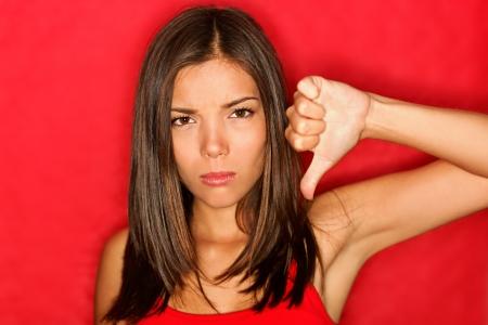 facial gestures: Infeliz dando los pulgares hacia abajo gesto con el que buscan expresi�n negativa y la desaprobaci�n.