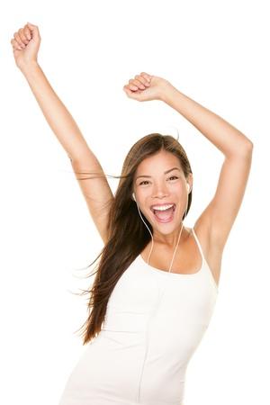 persona cantando: Chica bailando feliz y alegre de escuchar música en el reproductor de mp3 con auriculares. Foto de archivo