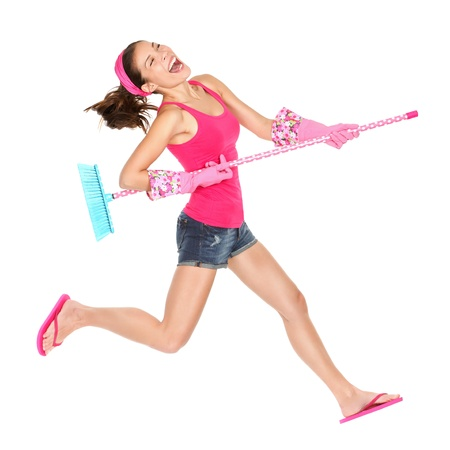 gospodarstwo domowe: Kobieta czyszczenia skoki szczęśliwy podekscytowany podczas zabawy czyszczenia wiosny.