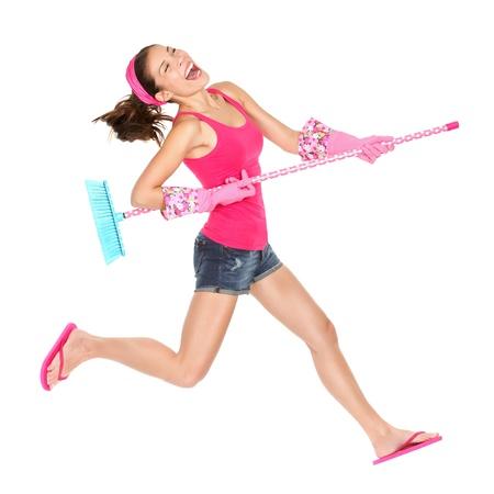 Reinigung Frau springt aufgeregt, glücklich während Frühjahrsputz Spaß.