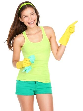 Reinigung Frau zeigt und zeigt Ihr Produkt oder Text auf weißem Hintergrund. Lizenzfreie Bilder