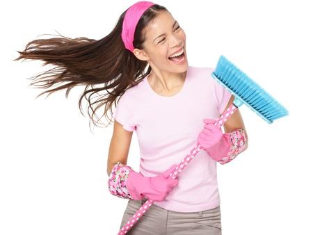 escoba: Limpieza de mujer cantando la diversión durante la limpieza de primavera. Foto de archivo
