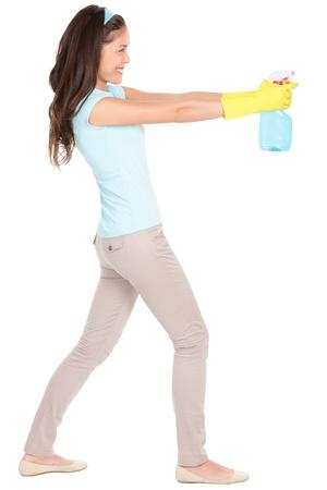 Reinigung Frau zeigt Reinigung Sprühflasche Dreharbeiten im Profil Schöne Reinigung Mädchen stand in voller Körper auf weißem Hintergrund Mixed Rennen kaukasischen Asiatisch Chinesisch Frau, die Spaß beim Frühjahrsputz isoliert