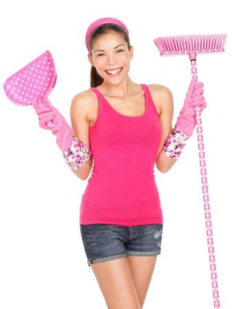 mujer limpiando: Mujer de la limpieza de pie hermosa durante la limpieza de primavera con la escoba feliz linda limpieza sonriente mujer con guantes de goma de color rosa la raza mezclada Cauc�sico Asi�tico modelo femenino aisladas sobre fondo blanco