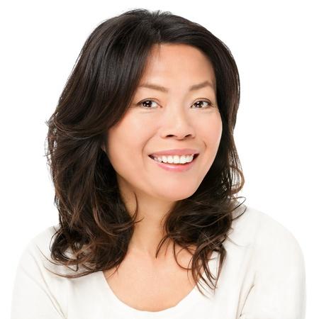 アジアの女性の笑顔幸せのポートレート美しい成熟した中間歳中国アジア女性クローズ アップ美容肖像画白い背景で隔離
