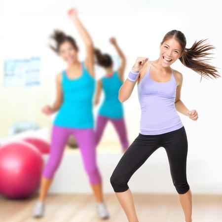 gimnasia aerobica: Gimnasio estudio de danza Zumba clase. Mujer bailando en el gimnasio durante el entrenamiento de bailarina sesi�n de ejercicio con la energ�a feliz fresco.