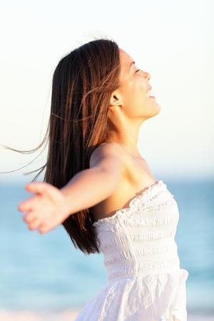 hands free: Libre de la mujer - concepto de la libertad de la mujer feliz en la primavera de pie sin preocupaciones en vestido de verano en la playa hermosa. Muy mezclados raza cauc�sica  china al aire libre, las ni�as asi�ticas.