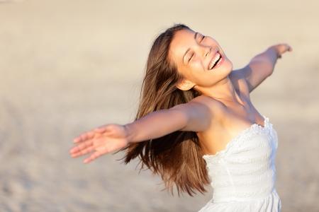 陽気な至福を楽しんで彼女の 20 代で太陽の光の美しい民族の女の子の夏の休日のビーチで幸せな休暇の女性 写真素材