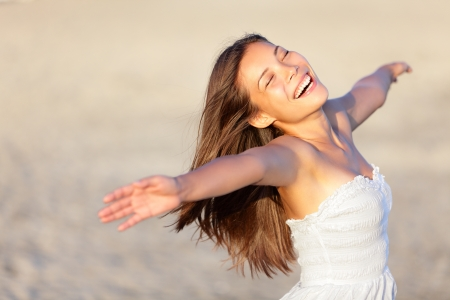 Donna vacanza felice in vacanza in estate spiaggia beatitudine allegra godendo della bella ragazza etnica sole nel suo 20s Archivio Fotografico - 13101071