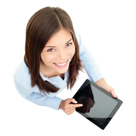 Tablet-Computer Business-Frau mit digitalen Tablet-Computer PC glücklich lächelnde isoliert auf weißem Hintergrund Fokus sowohl auf Tablet-Gesicht schön und Mischlinge Asiatisch Chinesisch kaukasischen Frau in Business-Hemd mit dem Finger am Touchscreen-Display