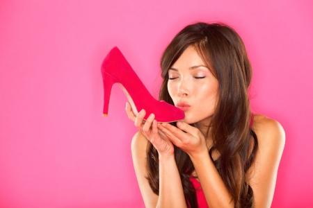 fetysz: Kobieta całuje shoes kocha pojęcie półbuty wielorasowe dziewczyny i różowe szpilki buty na różowym tle Piękna młoda szczęśliwa wyścigu mieszanych chińskich i azjatyckich Kaukaski żeński modelu