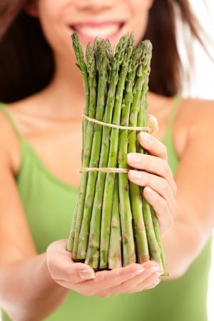 Spargel Frau zeigt Spargel in Nahaufnahme Gesunde Ernährung Konzept