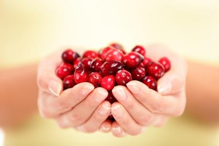 Cranberries Frau zeigt Preiselbeeren Gesunde Ernährung und Beeren Konzept