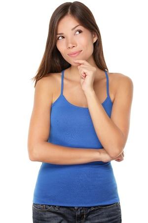 Denkende junge Frau schaut auf Kopie Raum. Beautiful pensive Mischlinge Caucasian  Chinese Asian Mädchen auf weißem Hintergrund in blauen Tank-Top isoliert.