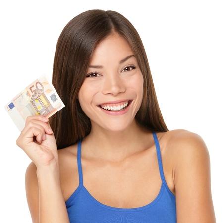 여자 유로 돈 메모를 들고. 50 유로 지폐를 게재 꽤 젊은 모델. 화려한 다민족 아시아  백인 여성 모델 흰색 배경에 고립의 근접 촬영. 스톡 콘텐츠