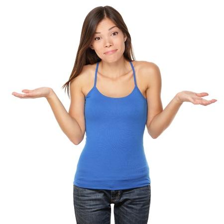 Achselzuckend Frau in Zweifel zu tun zucken mit geöffneten Handflächen.