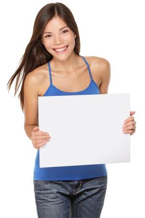빈 종이 기호 화이트 보드를 게재하는 여자. 귀하의 메시지에 대 한 복사 공간을 보여주는 그녀의 20 대, 신선한 행복하고 즐거운 다민족 소녀. 흰색 배