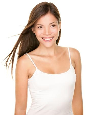 кавказцы: Портрет красивой молодой женщины Портрет красоты великолепные свежие smilng счастлива многорасовых Азии китайский девушка кавказских улыбается веселый в белой майке на белом фоне