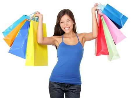 Winkelen vrouw bedrijf boodschappentassen boven haar hoofd glimlachend gelukkig tijdens verkoop winkelen