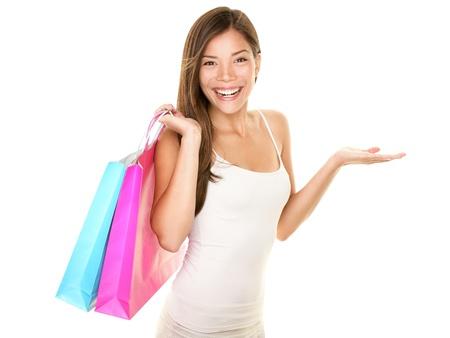 chicas comprando: Compras mujer mostrando algo con alegre sonrisa abierta palma de la mano