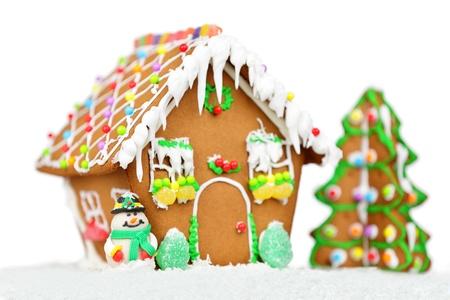 Peperkoek huis voor kerst geïsoleerd op witte achtergrond