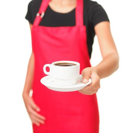 mesero: Camarera que sirve taza de caf� Primer plano de la mano mostrando caf� aisladas sobre fondo blanco Foto de archivo