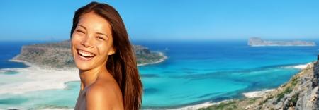 여성 여행 배너 여름 휴가 여자 라군 Gramvousa, 크레타, 그리스에서 해변 배경에 즐거운 미소 웃음