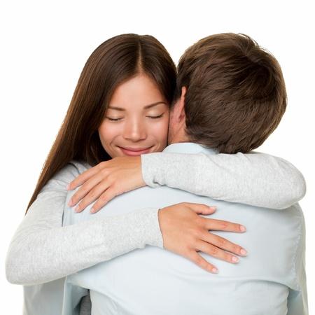 Embracing Paar umarmt glücklich lächelnde interracial Paar in Liebe isoliert auf weißem Hintergrund photo