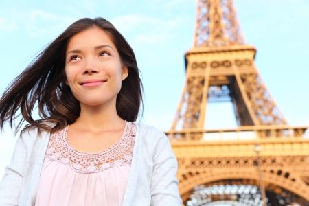 유럽 여행 중에 multiracial 아시아 백인 여자의 아름다운 행복 웃는 초상화 에펠 탑 파리 관광 여자