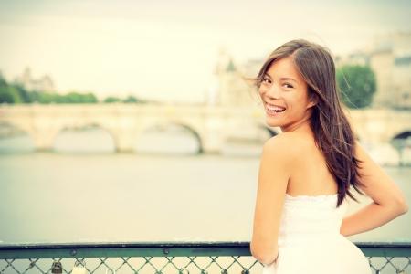femme romantique: Joyeuse femme en riant et candide Paris � Paris le brige sur la Seine frais �nergique race jeune joyeux m�lange Asiatique Caucasien mod�le f�minin