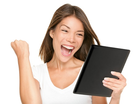 흰색 배경에 신선하고 즐거운 에너지 multiracial 젊은 여자에 고립 된 화면을보고 행복하고 흥분된 승리 태블릿 컴퓨터 여자