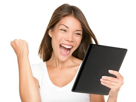 Tablet computer vrouw winnen blij opgewonden te kijken naar het scherm geïsoleerd op witte achtergrond Joyful frisse en energieke multiraciale jonge vrouw