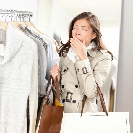 Müde Frau Gähnen beim Einkaufen Kleidung in Bekleidungsgeschäft Shop Schöne junge gemischte Rasse asiatischen kaukasischen weibliche Modell