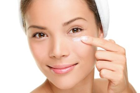 tratamiento facial: Crema contorno de ojos de belleza, cremas antiarrugas o antienvejecimiento piel crema de cuidado