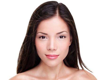 흰색 배경에 고립 된 아시아 백인 여성의 아름다움 모델의 아름다움 초상화