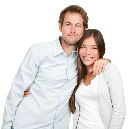 pareja abrazada: Joven pareja feliz. Retrato de pareja multirracial alegre sonriente mirando la c�mara. Mujer asi�tica, hombre cauc�sico. Foto de archivo