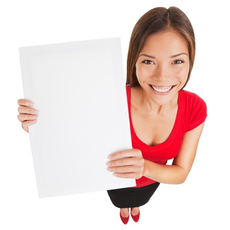 uithangbord: Aanmelden vrouw met lege billboard poster Portret in hoog hoek perspectief van mooie charmante vrouw met mooie glimlach houdt een leeg wit teken voor uw aandacht geïsoleerd op witte achtergrond