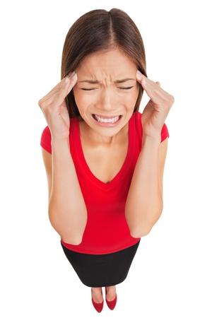 ragazza malata: Donna soffre di un mal di testa emicrania massaggiandosi le tempie con le dita e una smorfia di dolore, alto angolo piena lunghezza ritratto in studio isolato su sfondo bianco donna asiatica caucasica