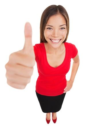 Vrouw geven thumbs up goedkeuring handteken gebaar lachende gelukkige geïsoleerd op een witte achtergrond in volle lengte in hoge hoek perspectief. Inhoud glimlach op multiraciale Aziatische blanke vrouw.